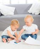 Drenaje de los bebés con los creyones en casa foto de archivo libre de regalías