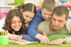 Drenaje de los niños con sus padres Fotos de archivo libres de regalías