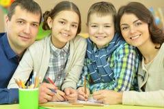 Drenaje de los niños con sus padres Imágenes de archivo libres de regalías