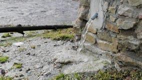 Drenaje del agua a través de un golpecito especial en el vídeo de la cámara lenta de la calle almacen de video