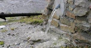 Drenaje del agua a través de un golpecito especial en la calle almacen de video