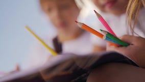 Drenaje del niño pequeño y de la muchacha con los lápices almacen de metraje de vídeo