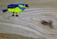 Drenaje del tit azul con la pluma de la impresión 3D en fondo de madera Fotografía de archivo libre de regalías