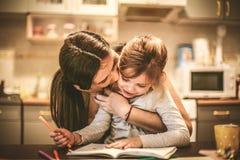 Drenaje feliz de la madre con la hija Cierre para arriba Imágenes de archivo libres de regalías