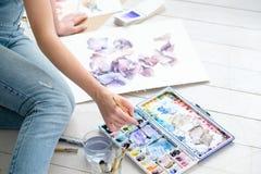 Drenaje ingenioso de la muchacha del talento de la personalidad de la afición de la pintura fotografía de archivo
