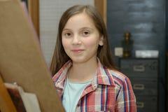 Drenaje joven sonriente de la muchacha del artista Imagen de archivo libre de regalías