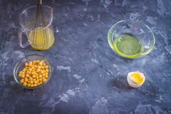 Drenaje líquido de la salmuera del agua del garbanzo Vegano Aquafaba Imagen de archivo libre de regalías