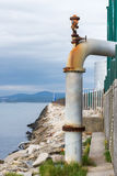Drenando a água de esgoto no oceano Fotos de Stock Royalty Free