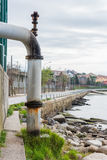 Drenando a água de esgoto no oceano Imagens de Stock