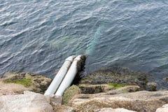 Drenando a água de esgoto no oceano Fotos de Stock