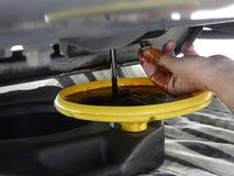 Drenando o óleo para a mudança de óleo do carro Fotos de Stock Royalty Free