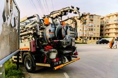Drene el camión de la limpieza en la calle de la ciudad de Cinarcik - Turquía Foto de archivo