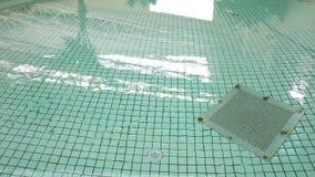 Drene en la parte inferior de la piscina metrajes