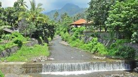 Drene la alcantarilla de la tormenta de chanel/en Bali Indonesia con la cascada de la lluvia pasada almacen de metraje de vídeo