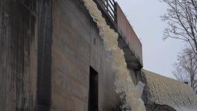 Drene la lluvia y las aguas residuales sucias en fps estupendos de la cámara lenta 180 de la alcantarilla metrajes