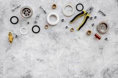 Drene partes e ferramentas do encanamento no copyspace de pedra cinzento da opinião superior do fundo foto de stock royalty free