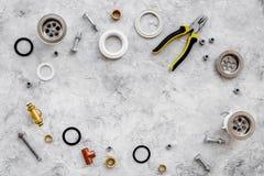Drene partes e ferramentas do encanamento no copyspace de pedra cinzento da opinião superior do fundo fotos de stock