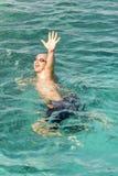 Drenkeling die in overzees om hulp met opgeheven wapens vragen De man verdrinkt in het overzees Verticale foto royalty-vrije stock fotografie