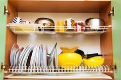 Dreno imundo sujo com os pratos limpos na cozinha imagens de stock
