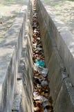 dreno obstruído com folhas e desperdícios inoperantes foto de stock