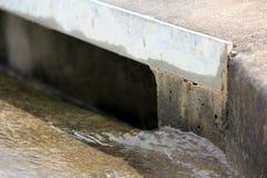 Dreno suburbano 1 da água da chuva foto de stock