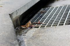 Dreno suburbano 2 da água da chuva fotos de stock royalty free