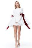 Dres bonitos atractivos del blanco del cortocircuito del desgaste de mujer del pelo rubio del modelo de moda Fotografía de archivo libre de regalías