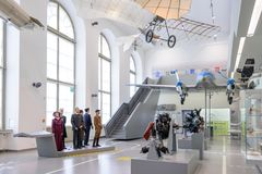 DRESDA, GERMANIA - MAGGIO 2017: macchina di volo antica basata sul vettore dell'aliante di Leonardo da Vinci Antique Light Hang a immagini stock libere da diritti