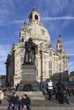 DRESDEN, ALEMANHA - 19 DE DEZEMBRO DE 2015: Foto do Frauenkirche e o monumento a Martin Luther Fotos de Stock Royalty Free