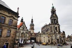 DRESDEN, ALEMANHA - 10 DE MAIO: Opinião da rua da igreja Católica da corte real de Saxony Fotos de Stock