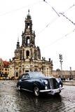 DRESDEN, ALEMANHA - 10 DE MAIO: Opinião da rua da igreja Católica da corte real de Saxony Imagem de Stock