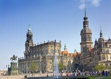 DRESDEN, ALEMANHA - 17 DE SETEMBRO DE 2014: Os povos andam no centro da cidade velha, perto da catedral da trindade santamente ou Foto de Stock