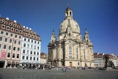 DRESDEN, ALEMANHA - 17 DE SETEMBRO DE 2014: Os povos andam no centro da cidade velha, perto de Frauenkirche nossa igreja da senho Fotos de Stock Royalty Free