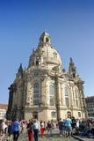 DRESDEN, ALEMANHA - 17 DE SETEMBRO: Os povos andam no quadrado de Neumarkt em Frauenkirche nossa igreja da senhora no centro da c Imagens de Stock