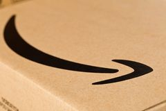 DRESDEN, ALEMANIA - 3 DE ABRIL DE 2019: Ciérrese para arriba del logotipo del Amazonas en paquete entregado fotografía de archivo