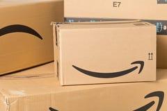DRESDEN, ALEMANIA - 3 DE ABRIL DE 2019: Logotipo del Amazonas en la pila de paquetes entregados imagenes de archivo