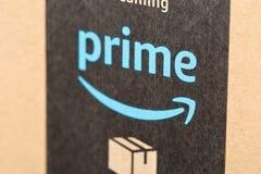 DRESDEN, ALEMANIA - 3 DE ABRIL DE 2019: Pila de paquetes del Amazon Prime sobre el fondo blanco imagen de archivo