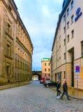 Dresden, Alemania - 31 de diciembre de 2017: Calle estrecha al lado del Zwinger en Dresden céntrica Foto de archivo libre de regalías