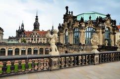 Dresden, Alemania - 20 de julio de 2016: Visión desde del balcón el palacio de Zwinger de la entrada del interior encendido en Dr Imagen de archivo libre de regalías