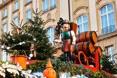 Dresden, Alemania, el 19 de diciembre de 2016: Celebración de la Navidad en Europa Decoraciones tradicionales de tejados de tiend Fotografía de archivo libre de regalías