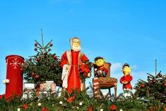 Dresden, Alemania, el 19 de diciembre de 2016: Celebración de la Navidad en Europa Decoraciones tradicionales de tejados de tiend Fotos de archivo libres de regalías