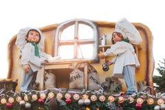 Dresden, Alemania, el 19 de diciembre de 2016: Celebración de la Navidad en Europa Decoraciones tradicionales de tejados de tiend Imagen de archivo libre de regalías