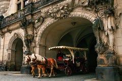 Dresden, Alemania, el 19 de diciembre de 2016: Un viaje en un carro con los caballos Entretenimiento de turistas en Dresden Imagen de archivo