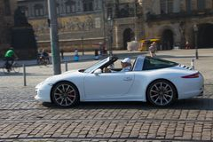 Dresden, Alemania - julio de 2015: El viejo hombre monta a su Porsche imagenes de archivo