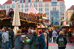 Dresden, Deutschland, am 19. Dezember 2016: Weihnachtsmarkt Dresden, Deutschland Feiern von Weihnachten in Europa Stockfotografie