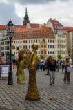 DRESDEN, DEUTSCHLAND 13. JULI 2015: Ausführender - goldene gemalte Künstler auf einer Stadtstraße, lebende Statuen lizenzfreies stockbild