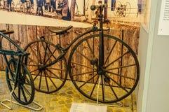 DRESDEN, DEUTSCHLAND - MAI 2015: altes Fahrrad 1868 in Dresden Tra Lizenzfreies Stockfoto