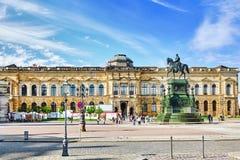 DRESDEN, DEUTSCHLAND 8. SEPTEMBER 2015: Panoramisch auf Zwinger-Palast - königlicher Palast seit 17. Jahrhundert in Dresden Heute Lizenzfreie Stockbilder