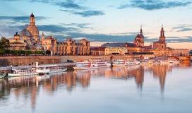 dresden Deutschland, w?hrend der blauen Stunde der D?mmerung mit Reflexion der Stadt in der Elbe lizenzfreie stockfotografie