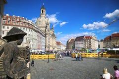 "DRESDEN, DUITSLAND € ""13 AUGUSTUS, 2016: De mensen lopen op Sq Neumarkt Stock Fotografie"